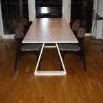 Matsalsbord i björk - sett från sidan med stolar