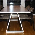 Matsalsbord i björk - från sidan med design av ben