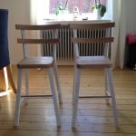 Barnstolar i alm och vitmålad furu