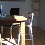 Barnstol inskjutet vid matbord